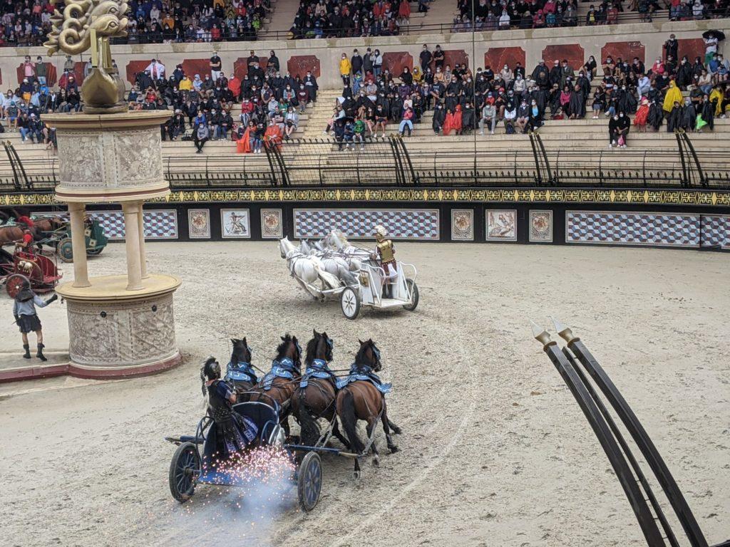 Em uma grande arena romana, semelhante ao Coliseu de Roma,  Puy du Fou